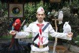 Seorang keeper (perawat satwa)burung Kakatua Taman Safari Indonesia memakai busana pejuangan kemerdekaan saat memperingati HUT Kemerdekaan RI ke-70 pada 17 Agustus 2015. (Foto Humas TSI Cisarua)