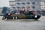 Presiden Joko Widodo (keempat kanan) bersama Ibu Negara Iriana Joko Widodo (ketiga kanan) mengikuti parade kapal hias dengan menggunakan kapal patroli Kodam XII/Tanjungpura saat Karnaval Khatulistiwa di Pontianak, Kalbar, Sabtu (22/8). Karnaval Khatulistiwa yang digelar untuk memperingati HUT ke-70 RI tersebut dimeriahkan dengan sejumlah acara budaya. ANTARA FOTO/Jessica Helena Wuysang/kye/15