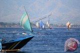 Perahu layar nelayan adu kecepatan di Selat Bali, Banyuwangi, Jawa Timur (23/8). Kegiatan lomba tahunan yang memperebutkan piala bergilir diikuti 41 peserta nelayan Banyuwangi dan Bali sebagai ajang mempererat tali silaturahmi antar nelayan. ANTARA FOTO/ Budi Candra Setya/wdy/15.