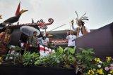 Presiden Joko Widodo (kanan) didampingi Ibu Negara Iriana Joko Widodo (kedua kanan) menyapa warga saat berpawai dalam rangkaian Karnaval Khatulistiwa 2015 di Jalan Teuku Umar, Pontianak, Kalimantan Barat, Sabtu (22/8). Karnaval Khatulistiwa 2015 dalam rangka puncak peringatan HUT ke-70 Kemerdekaan RI diikuti 24 Propinsi yang terdiri dari karnaval darat 4075 orang, karnaval air 1535 orang, mobil hias 145 armada, kapal hias 251 armada, 100 sepeda ontel hias, dan 50 motor hias. ANTARA FOTO/Yudhi Mahatma/kye/15