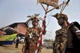 Warga Suku Dayak Landak mengikuti Karnaval Khatulistiwa 2015 di depan Rumah Adat Radakng, Pontianak, Kalimantan Barat, Sabtu (22/8). Karnaval Khatulistiwa 2015 dalam rangka puncak peringatan HUT Kemerdekaan ke-70 RI tersebut dibuka oleh Presiden Joko Widodo, diikuti oleh lebih dari 4000 peserta dari 24 propinsi, terdiri atas karnaval darat dan karnaval air (sungai) ANTARA FOTO/Yudhi Mahatma/nz/15