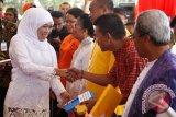 Menteri Sosial Khofifah Indar Parawansa (kiri) menghadiri Hari jadi Kota Ambon ke 440 di Lapangan Merdeka, Ambon, Maluku, Senin (7/9). Di acara tersebut Mensos memberikan bantuan satu unit Mobil Dapur Umum Lapangan (Dumlap), Bantuan Tunai bersyarat PKH di 5 Kecamatan untuk 1.656 KSM dengan total Rp 3.337.320.000, satu unit Mobil RescueTactical (RTU), bantuan Rumah tidak Layak Huni (Rutilahu) sebanyak 52 Unit masing-masing Rp 10.000.000 dengan jumlah total Rp 520.000.000, serta bantuan satu unit Motor TRC. (ANTARA FOTO/Trisnadi/foc/15.)