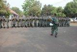 Para personil Bintara dan Tamtama Lanud Atang Sendjaja saat melaksanakan latihan PHH  (Pasukan Anti Huru hara) yang di pandu oleh pelatih. Bertempat di lapangan dirgantara Lanud Atang Sendjaja Bogor.  (Foto :Pentak Ats).