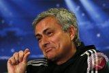 Mourinho disebut tak lebih baik dari Van Gaal