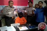 Kediri (Antara Jatim) - Kepala Polres Kediri Kota AKBP Bambang W Baiin menunjukkan barang bukti saat gelar perkara di mapolres setempat, Rabu (30/9). Polisi menyita sabu-sabu seberat 4,72 gram serta ekstasi sebanyak 148 butir. Antara Jatim/Foto/Asmaul Chusna/zk/15.