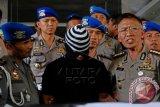 Kabid Humas Polda Jateng Kombes A Liliek Darmanto (kanan) menunjukkan oknum anggota Brimob Polda Jateng, Brigadir Supriyanto (tengah) yang menjadi pelaku perampokan, kepada wartawan di Markas Polda Jawa Tengah, Semarang, Kamis (1/10). Selain Brigadir Supriyanto, Polisi juga menangkap dua oknum anggotaTNI yang terlibat, yakni Sertu T dan Sertu T setelah pada Senin (28/9) ketiganya merampok uang yang dibawa karyawan PT Advantage (jasa pengangkutan uang) di Tengaran, Kabupaten Semarang. ANTARA FOTO/Aditya Pradana Putra/wdy/15.