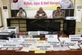 Kapolda Kalbar, Brigjen (Pol) Arief Sulistyanto (tengah) didampingi Direktur Direktorat Reserse Kriminal Umum Polda Kalbar, AKBP Awang Joko Rumintro (kiri) dan Kapolresta Pontianak, Kombes (Pol) Tubagus (kanan) menghadiri ungkap kasus pemalsuan dokumen di Mapolda Kalbar, Jumat (2/10). Polda Kalbar berhasil meringkus tiga pelaku pemalsuan dokumen yaitu Edy Junaidi, Syarif Freddy dan Hambali, serta mengamankan sejumlah barang bukti antara lain komputer, printer, 73 stempel pemerintah kabupaten palsu, satu buah sertifikat Badan Pertanahan Nasional (BPN), belasan KTP dan buku nikah palsu dari kediaman tersangka di Kelurahan Dalam Bugis, Pontianak Timur pada Selasa (29/9). ANTARA FOTO/Yohanes Kurnia Irawan/jhw/ama/15