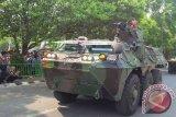 Korem 051 Wijayakarta menampilkan parade alutsita berupa kendaraan tempur Ampibi di jalan Veteran, Bekasi Selatan, Kota Bekasi, Jawa Barat, dalam rangka HUT TNI ke-70 tahun, Senin (5/10). (Foto Antara/Andi Firdaus)