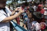 Siswa Sekolah Dasar memperhatikan cara menyikat gigi yang baik saat mengikuti kegiatan Bulan Kesehatan Gigi Nasional (BKGN) 2015 di Rumah Sakit Gigi & Mulut Kandea Universitas Hasanuddin, Makassar, Sulawesi Selatan, Kamis (8/10). BKGN 2015 yang mengusung tema Senyum untuk Bangsa memberikan edukasi, pemeriksaan, dan pengobatan gigi gratis untuk masyarakat. ANTARA FOTO/Dewi Fajriani/wdy/15