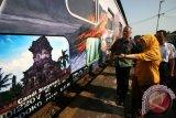 Dirjen Konservasi Sumber Daya Alam dan Ekosistem Kementerian Lingkungan Hidup dan Kehutanan Tachrir Fathoni (kiri) didampingi Kepala PT Kereta Api Indonesia (KAI) Daop VII Windar Prihadi (kanan) meninjau Kereta Api Krakatau bergambar Cagar Biosfer Bromo Tengger Semeru Arjuna (BTSA) di stasiun Kediri, Jawa Timur, Kamis (8/10). Balai Besar Taman Nasional Bromo Tengger Semeru bekerja sama dengan PT KAI Daop VII melakukan kerja sama promosi cagar biosfer BTSA dengan membranding KA Krakatau jurusan Kediri-Merak bergambar Cagar Biosfer BTSA. Antara Jatim/Prasetia Fauzani/zk/15