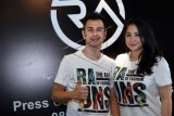 Pasangan selebriti Raffi Ahmad dan Nagita Slavina berpose usai konferensi pers peluncuran R.A Jeans by Raffi Ahmad di Egomi Denim, Jakarta, Rabu (7/10). ANTARA FOTO/Gohitzz/Anggit Benardi/aww/15.