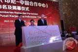 Presiden kelima Indonesia Megawati Soekarnoputri (tengah) membuka selubung batu marmer, didampingi Ketua China Institute for Innovation and Reform Study, sekaligus penasehat presiden Tiongkok Zhang Bijian (kiri) dan Anggota Politbiro Partai Komunis Tiongkok, Komite Shezhen Tian Fu (kanan), menandai dimulainya pembangunan 'Rumah Soekarno' di Qianhai, Shenzhen, Tiongkok, Senin (12/10). FOTO ANTARA/ Rini Utami/wdy/15