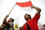 Dua pengunjukrasa dari Aliansi Pemuda dan Mahasiswa Kalimantan Barat (AMKB) menggelar aksi damai Tolak Bela Negara di Bundaran Digulis, Pontianak, Senin (19/10). Mereka menolak bela negara karena menilai pendidikan wajib militer merupakan ancaman atas kebebasan demokrasi dan HAM di Indonesia. ANTARA FOTO/Jessica Helena Wuysang/15
