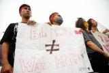Sejumlah pengunjukrasa dari Aliansi Pemuda dan Mahasiswa Kalimantan Barat (AMKB) menggelar aksi damai Tolak Bela Negara di Bundaran Digulis, Pontianak, Senin (19/10). Mereka menolak bela negara karena menilai pendidikan wajib militer merupakan ancaman atas kebebasan demokrasi dan HAM di Indonesia. ANTARA FOTO/Jessica Helena Wuysang/15