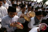 Sejumlah Santri memainkan rebana pada pawai memperingati Hari Santri melewati jalan Protokol di Kota Kediri, Jawa Timur, Kamis (22/10). Sedikitnya 3500 santri Kediri memeriahkan perayaan 22 Oktober sebagai Hari Santri yang baru saja ditetapkan oleh pemerintah. Antara Jatim/Prasetia Fauzani/zk/15