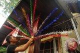 Seorang warga memasang hiasan Bunga Manggar pada tiang rumah di Pontianak, Kalbar, Rabu (21/10). Pemerintah Kota Pontianak menghimbau kepada masyarakat Pontianak untuk memasang hiasan khas Melayu berupa Bunga Manggar di setiap kantor instansi negara, kantor swasta dan perumahan, untuk menyambut hari jadi Pontianak ke-244 pada Jumat (23/10). ANTARA FOTO/Jessica Helena Wuysang/15
