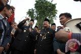 Gubernur Jawa Timur Soekarwo (kedua kanan) beserta Wakil Gubernur Jawa Timur Syaifullah Yusuf (ketiga kanan) menemui para mahasiswa yang berunjuk rasa di depan Gedung Negara Grahadi Surabaya, Jawa Timur, Kamis (22/10). Massa aksi yang tergabung dalam Aliansi Badan Eksekutif Mahasiswa Seluruh Indonesia (BEM SI) menyatakan beberapa tuntutan kepada pemerintah salah satunya memberikan sanksi hukum kepada pelaku pembakaran hutan. Antara Jatim/Didik Suhartono/zk/15