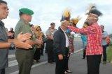 Ondo Polo Sentani sambut Kasad dengan topi kebesaran Papua