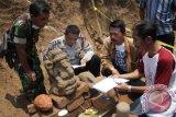 Sejarawan Dwi Cahyono (kanan) bersama aparat keamanan mengamati arca Ganesha yang baru ditemukan di kawasan galian tanah liat desa Mendalanwangi, Malang, Jawa Timur, Jumat (6/11). Diduga arca tersebut merupakan bagian dari reruntuhan candi pemujaan pada masa kerajaan Majapahit di abad ke-14 Masehi karena di situs tersebut juga ditemukan lingga, arca kepala ular dan bata merah kuno. Antara Jatim/Ari Bowo Sucipto/zk/15.