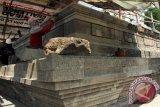 Pekerja melakukan aktivitas pemugaran Candi Sanggrahan di Desa Sanggrahan, Tulungagung, Jawa Timur, Kamis (19/11). Pihak Balai Pelestarian Cagar Budaya (BPCB) Trowulan mengungkapkan, pemugaran candi yang dibangun pada zaman Kerajaan Majapahit era 1.350-an Masehi tersebut terkendala bahan baku material batu yang semakin langka di pasaran setempat. Antara Jatim/Foto/Destyan Sujarwoko/15