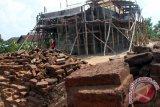 Pekerja melakukan aktivitas pemugaran Candi Sanggrahan di Desa Sanggrahan, Tulungagung, Jawa Timur, Kamis (19/11). Pihak Balai Pelestarian Cagar Budaya (BPCB) Trowulan mengungkapkan, pemugaran candi yang dibangun pada zaman Kerajaan Majapahit era 1.350-an Masehi tersebut terkendala bahan baku material batu yang semakin langka di pasaran setempat. Antara Jatim/Foto/Destyan Sujarwoko/zk/15