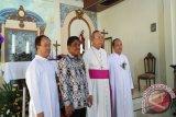 Uskup Manado dan Gubernur bersama pastor