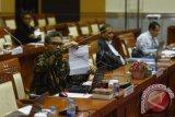 Calon Pimpinan KPK Johan Budi SP menunjukkan nomer urut sebelum mengikuti uji makalah di Komisi III DPR, Kompleks Parlemen Senayan, Jakarta, Jumat (4/12). Uji makalah tersebut diikuti sembilan dari sepuluh calon pimpinan KPK, sementara satu calon lainnya Busyro Muqodas tidak hadir. ANTARA FOTO/Akbar Nugroho Gumay/wdy/15