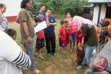 Sejumlah warga menyaksikan petugas medis dari Yayasan Inisiasi Alam Rehabilitasi Indonesia (YIARI) Ketapang membujuk Bayi Orangutan saat proses evakuasi di Desa Randau Jekak, Kecamatan Simpang Hulu, Kabupaten Ketapang, Kalbar, Kamis (17/12). Bayi Orangutan bernama Paini tersebut, dibeli oleh warga setempat dari seorang pemburu di kawasan Sendai seharga Rp500 ribu dan kemudian diserahkan ke YIARI Ketapang untuk direhabilitasi. ANTARA FOTO/HUMAS YIARI-HERIBERTUS/jhw/15