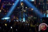 Penyanyi Agnes Monica menghibur penggemarnya saat konser di D'Liquid cafe hotel Clarion, Makassar, Sulawesi Selatan, Sabtu (19/12) dinihari. Dalam konser tersebut Agnez Monica membawakan sejumlah lagu hits seperti Matahariku, Teruskanlah, Shake It Off dan Le O Le O. ANTARA FOTO/Abriawan Abhe/wdy/15