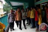 Menteri Riset Teknologi Dan Perguruan Tinggi (Menristek Dikti) Muhammad Nasir (tengah) meninjau Universitas Darul Ulum Jombang, Jawa Timur, Minggu (20/12). Kemenristek Dikti, memberi kebijakan pada 51 Perguruan Tinggi Swasta yang masih dinonaktifkan untuk membenahi kesalahan dan pelanggaran hingga 31 Desember, jika masih bermasalah izinnya akan dicabut. Dari 51 Perguruan Tinggi itu 11 PT sudah pasti izinnya dicabut. Antara Jatim/Syaiful Arif/zk/15