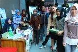 Mahasiswa IBI Darmajaya Bisnis Burger Tahu-tempe