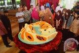 Sejumlah tamu hotel melihat kue Koi Imlek yang dibagi-bagikan di Hotel Aston Madiun, Jawa Timur, Jumat (29/1). Untuk menandai rangkaian perayaan Imlek, Hotel Aston membuat dua buah kue berukuran besar berbentuk ikan koi diameter 120 cm dengan berat masing-masing 50 kg dan dibagi-bagikan kepada tamu hotel dan masyarakat sekitar. Antara Jatim/Foto/Siswowidodo/zk/16