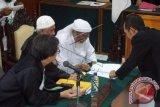 Terpidana Abu Bakar Ba'asyir menandatangani berita acara pemeriksaan pada sidang peninjauan kembali (PK) di Pengadilan Negeri Cilacap, Jawa Tengah, Selasa (9/2). Sidang ketiga ini mengagendakan pembacaan kesimpulan dan penandatanganan berkas acara pemeriksaan yang kemudian akan dikirim ke Pengadilan Negeri Jakarta Selatan. ANTARA FOTO/Idhad Zakaria/wdy/16.