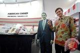 Duta Besar Amerika Serikat untuk Indonesia, Robert Blake berfoto di sebelah foto profil Presiden Obama saat melakukan lawatan di American Corner Universitas Tanjungpura di Pontianak, Kalbar, Selasa (16/2/16). Kunjungan ke American Corner Universitas Tanjungpura tersebut, merupakan rangkaian kegiatan dari lawatan Robert Blake ke Kalimantan Barat. (Foto Sheravim)