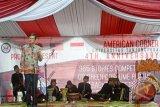 Duta Besar Amerika Serikat untuk Indonesia, Robert Blake (kiri) berbicara pada lawatan di American Corner Universitas Tanjungpura di Pontianak, Kalbar, Selasa (16/2). Kunjungan ke American Corner Universitas Tanjungpura tersebut, merupakan rangkaian kegiatan dari lawatan Robert Blake ke Kalimantan Barat. (Foto Sheravim)