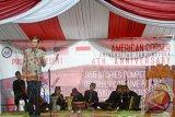 Duta Besar Amerika Serikat untuk Indonesia, Robert Blake (kiri) berbicara saat melakukan lawatan di American Corner Universitas Tanjungpura di Pontianak, Kalbar, Selasa (16/2). Kunjungan ke American Corner Universitas Tanjungpura tersebut, merupakan rangkaian kegiatan dari lawatan Robert Blake ke Kalimantan Barat. (Foto Sheravim).