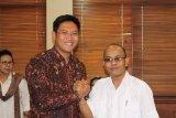 Pendiri sekaligus Pembina Baldatun Center, Ade Dasep Zainal Abidin saat bercengkrama dengan Seketaris Koperasi Garudayaksa Nusantara (KGN) Pusat, Sudaryono. (Foto Humas Baldatun Center).