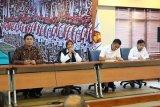 (Kiri ke kanan) Sekretaris Koperasi Garudayaksa Nusantara (KGN) Pusat Sudaryono, Ketua Harian KGN Pusat Marwah Daud Ibrahim, Bendahara dan pengurus KGN Pusat saat memberikan materi kepada Balad Ade Dasep Siap Turun (Baldatun) Center dan perwakilan dari anggota DPRD dari Pekalongan. (Foto Humas Baldatun Center).