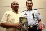 Seorang narapidana Lapas Gorontalo, Ridwan Tohopi (kiri) bersama Kepala Lapas Gorontalo, Fernando Kloer saat peluncurun dan bedah buku \