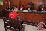Terdakwa kasus kecelakaan Lamborghini Wiyang Lautner (tengah) menjalani sidang di Pengadilan Negeri Surabaya, Jawa Timur, Rabu (16/3). Terdakwa mengikuti sidang dengan agenda pembacaan pembelaan. Antara Jatim/Didik Suhartono/zk/16