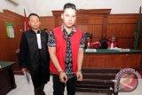 Terdakwa kasus kecelakaan Lamborghini Wiyang Lautner (kedua kiri) usai mengikuti persidangan di Pengadilan Negeri Surabaya, Jawa Timur, Rabu (16/3). Dalam sidang tersebut dibacakan pembelaan terdakwa terkait kasus kecelakaan Lamborghini.Antara Jatim/Didik Suhartono/zk/16