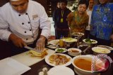 Ahli masak (chef) meracik sandwich pecel di depan para tamu di salah satu hotel ternama di Kota Madiun Jawa Timur, Jumat (18/3). Inovasi kuliner perpaduan menu modern dengan menu khas daerah tersebut untuk memberikan sensasi sekaligus mengangkat citra makanan khas pecel Madiun. Antara Jatim/Foto/Siswowidodo/zk/16