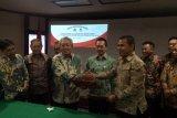 Direktur Utama Semen Indonesia Suparni (kiri bersalaman )bersama Direktur Utama Samana Citra Agung Deni Fahlevi saat penandatanganan perjanjian pembentukan perusahaan patungan PT Semen Indonesia Aceh di Jakarta hari ini. (Ahmad Parno S)