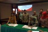 Direktur Utama Semen Indonesia Suparni menandatangani perjanjian pembentukan perusahaan patungan PT Semen Indonesia Aceh. (Ahmad Parno S)