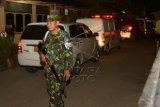 Prajurit TNI bersiaga di sekitar mobil ambulans yang mengangkut Jenazah korban jatuhnya helikopter milik TNI di Poso saat tiba di Rumah Sakit Bhayangkara Palu, Sulawesi Tengah, Senin (21/3). Tiga belas jenazah jenazah yang salah satunya ialah Danrem 132 Tadulako Kolonel Inf. Syaiful Anwar akan diidentifikasi Tim DVI Polda Sulteng sebelum diupacaramiliterkan dan diberangkatkan menuju kampung halaman masing-masing. (Foto Basri Marzuki/kye)