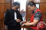 Terdakwa kasus kecelakaan Lamborghini, Wiyang Lautner (kanan) ketika akan mengikuti sidang di Pengadilan Negeri (PN) Surabaya, Jawa Timur, Rabu (23/3). Sidang dengan agenda pembacaan putusan (vonis) kecelakaan yang mengakibatkan seorang meninggal dunia dan dua orang terluka tersebut ditunda dikarenakan hakim ketua Burhanuddin sedang dirawat di RSPAD Jakarta. Antara Jatim/M Risyal Hidayat/zk/16