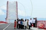 Presiden Joko Widodo (dua kanan) meninjau Jembatan Pakkasih usai diresmikan di Kecamatan Tayan, Kabupaten Sanggau, Kalbar, Selasa (22/3). Presiden Joko Widodo menyatakan bahwa Jembatan Pakkasih sepanjang 1.420 meter yang menghubungkan Kalimantan Barat dengan Kalimantan Tengah tersebut, merupakan perwujudan dari misi penyebaran pembangunan infrastruktur yang merata di seluruh Indonesia. (Foto Jessica Helena Wuysang).