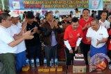 Ketua Persatuan Wartawan Indonesia (PWI) Sumut, Hermansjah (kanan) Ketua Komite II DPD Parlindungan Purba (kedua kanan) Plt Gubernur Sumatera Utara T Erry Nuradi (ketiga kanan) meniup lilin, pada HUT ke 70 PWI Sumut, di Medan, Minggu (27/3). Dalam kegiatan tersebut juga digelar jalan sehat, donor darah dan pemeriksaan kesehatan dalam rangka Hari Pers Nasional dan HUT PWI Sumut. ANTARA SUMUT/Irsan Mulyadi/16