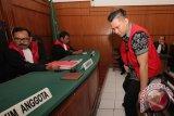 Terdakwa laka Lamborghini Wiyang Lautner (kanan) mengikuti sidang di Pengadilan Negeri Surabaya, Jawa Timur, Rabu (30/3). Dalam sidang putusan tersebut majelis hakim yang diketuai Burhanuddin menjatuhkan hukuman terhadap terdakwa dengan hukuman pidana penjara selama lima bulan (dipotong masa tahanan) denda sebesar Rp12 juta subsider satu bulan kurungan. Antara Jatim/Didik Suhartono/zk/16