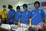Petugas Badan Narkotika Nasional (BNN) menunjukkan barang bukti dan tersangka pengedar narkoba saat gelar perkara di Kantor BNN Provinsi Bali, Denpasar, Kamis (31/3). BNN menangkap empat orang anggota sindikat pengedar narkoba di Kabupaten Buleleng beserta barang bukti berupa 10,6 gram sabu-sabu, plastik kemasan dan alat hisap. ANTARA FOTO/Wira Suryantala/wdy/16.